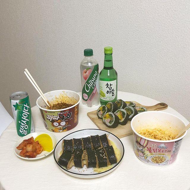 チャミスルとカップ麺と海苔巻